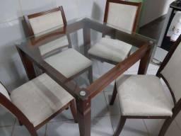 Mesa de jantar de madeira com tampo de vidro