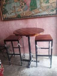Conjunto mesa e banquetas rústico