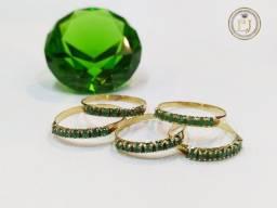Liquidação Meia aliança em ouro 18k com pedras naturais esmeralda colombiana .