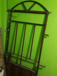 Vendo uma porta e duas janelas material bom.... 250 reais pra sair rapido