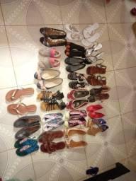 Lote de sandalias e sapatos