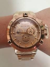 Relógio dourado invicta