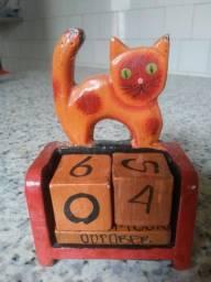 Calendário permanente de gatinho de mesa - de madeira - artesanal.