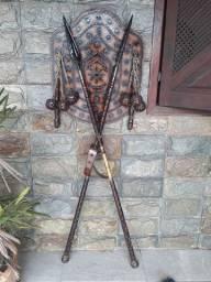 Artesanato medieval em madeira Lança e escudo decoração