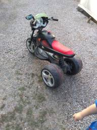 Triciclo elétrico infantil.