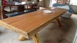 Mesa rústica de madeira maciça