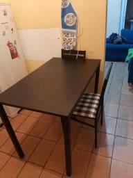 Mesa nova com 4 cadeiras.