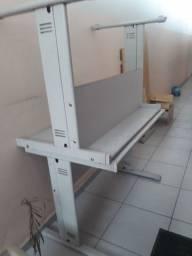 Mesas de uma pessoa e cadeira tripla para escritórios