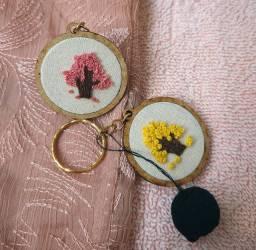 Chaveiros artesanais, bordado a mão.