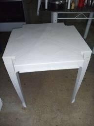 Uma mesa de plastico