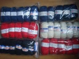 Aviamentos: novelos de lã, viés e linhas de costura