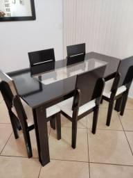 Mesa de jantar de 6 lugares, com 5 cadeiras