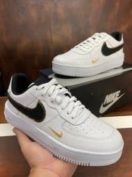 Tênis Nike Air Force One Gold - $260,00