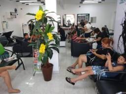 Salão contrata cabelereira