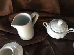 Conjunto de louça branca cafezinho