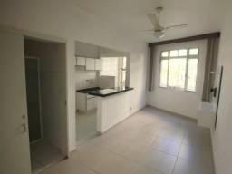 Apartamento reformado, 1 dormitório com 1 vaga de garagem.