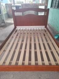 Cama casal de madeira com marcas de uso