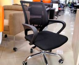 NOVA/NUNCA USADA - Cadeira giratória com regulagem de altura para escritório