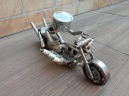 Motociclista em metal feito a mão