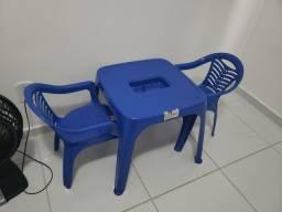 Mesa infantil com 2 cadeiras azul