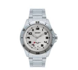 Relógio Orient prateado com mostrador branco