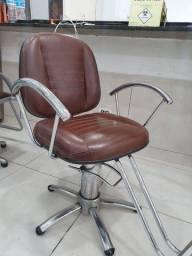 1 cadeira de barbeiro e 1 cadeira de cabeleireiro (respectivamente).