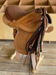 Sela Australiana de Arco Toda de Couro Legítimo com Arreatas para Montaria de Cavalo