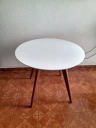 Mesa em madeira e laqueada.