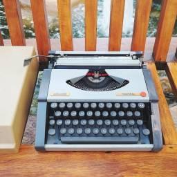 Com fita de tinta nova já instalada Maquina de datilografia antiga - antiguidade