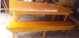 Mesa em madeira com dois bancos