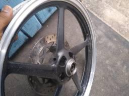 Roda de liga leve com disco e rolamentos.