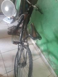 Vendo essa bicicleta 100 reias