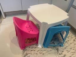 Mesa infantil com duas cadeiras
