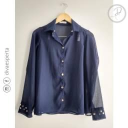 Camisa maga comprida azul marinho em transparência dourado nos punhos. Tamanho P