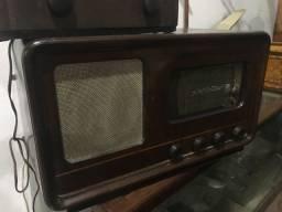 Rádio a válvulas antigo funcionando