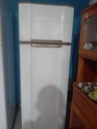 Vendo uma geladeira Esmaltec