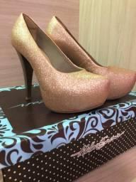 Sapato de salto com brilho