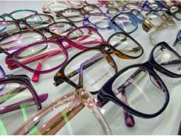 Vendedora de óculos para feira