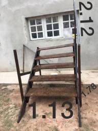 Escada de madeira com corrimão de ferro