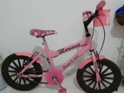 Bicicleta rosa bem conservada