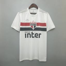 Camisas do São Paulo, Corinthians e Flamengo.