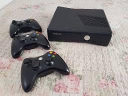 X Box 360 c/ 3 controles sem fio e muitos jogos