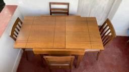 Mesa de madeira maciça com 4 cadeiras