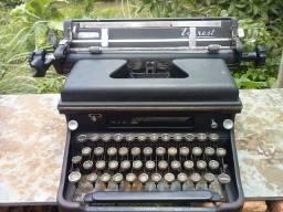 Máquina de Escrever Com Mais de 70 Anos