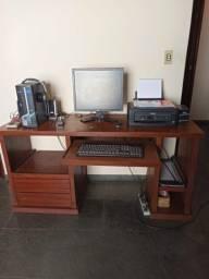 Mesa em madeira de computador