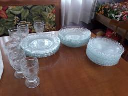 Conjunto de pratos e copos em vidrotransparente bordado