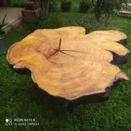 Mesa em madeira rústica.