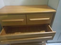 Cômoda com 5 gavetas, em madeira maciça em ótimo estado de conservação e estético.