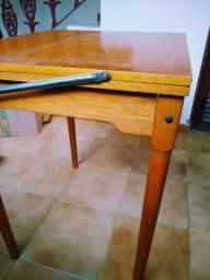 Mesa de madeira dobrável com 4 banquetas
