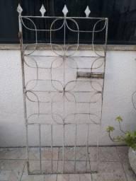 Portão de ferro maciço com com ferrolho e excelente acabamento